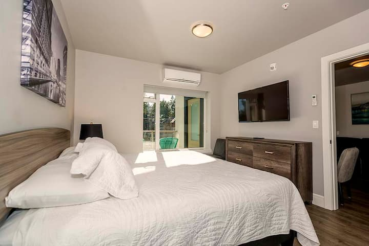 New Modern 1BR Family Suite - Parking and A/C