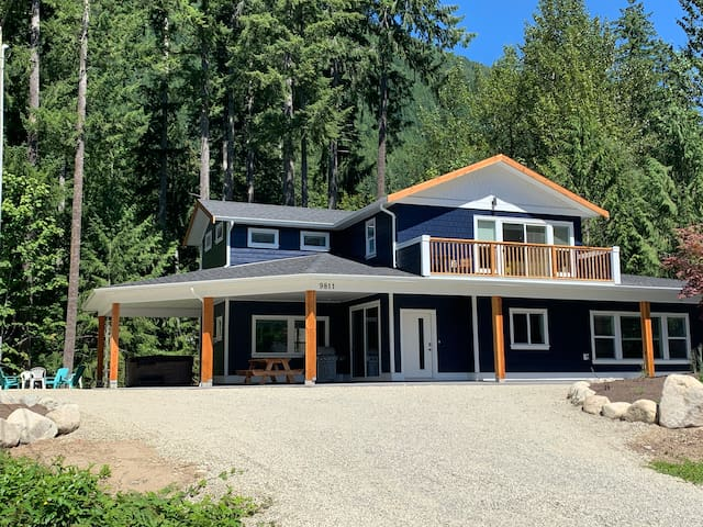 Lake view Lake Cowichan new house with new hot tub