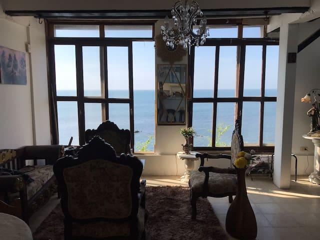 Casa en un peñasco sobre nivel del Mar