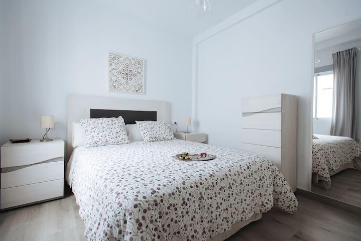 Dormitorio con cama doble 150cm.