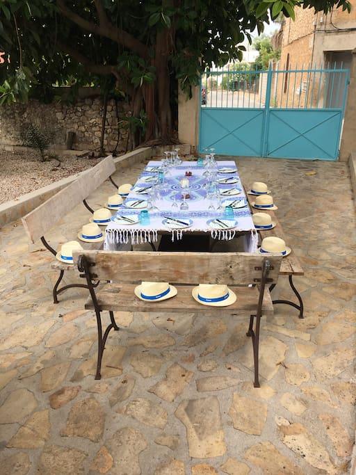 De tafel op 1 van de terassen in de tuin