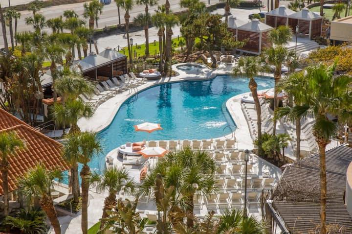 5★ Resort w/ heated pool, hot tub & 10 restaurants