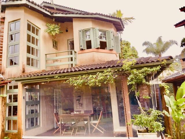 Casa charmosa, segura, a 50 metros de praia linda!