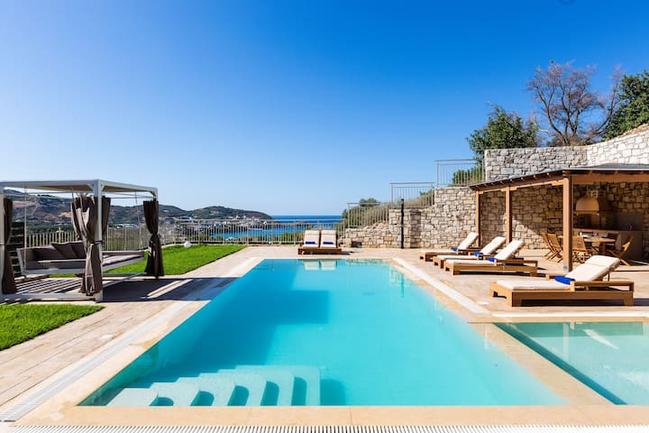 Villa Paris, infinite coastal views!