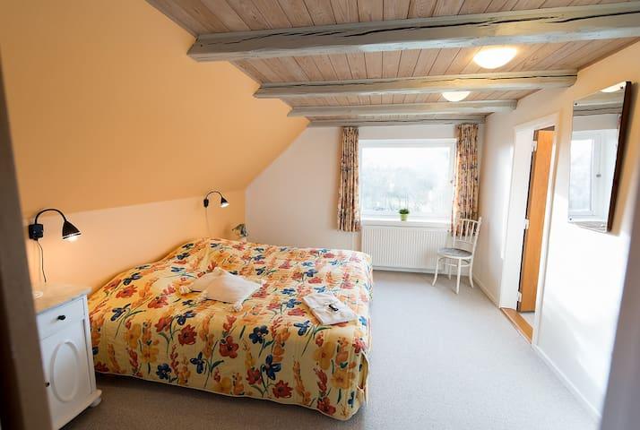 Vestvendt værelse på 1. sal i gl. skole - Nibe - Bed & Breakfast