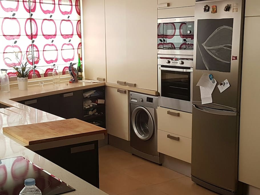 Amplia cocina electrodomésticos premium