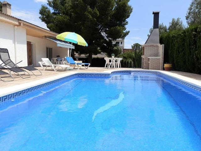 CASA ROQUES DORADES,Ideal house for your holidays near the sea, free wifi, private pool, pets allowed, dog's beach.