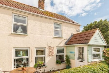 Hillside Cottage, close to the beach in Winterton-on-Sea