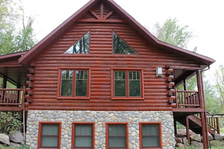 Devils Lake Baraboo Grand Cabin Sleeps 12 has WiFi