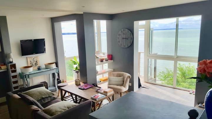 Maison moderne dominant la baie