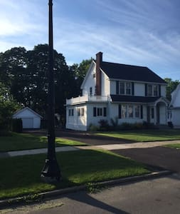 Gracious Colonial in Charming Upscale Neighborhood - Schenectady
