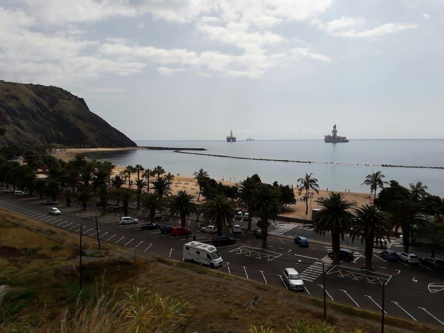 foto real  la playa a 3 minutos en coche del apartamento y apenanas 10 minutos caminando un Paseo  con estas  vistas