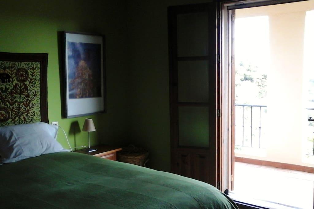 Habitación con cama doble y con terraza