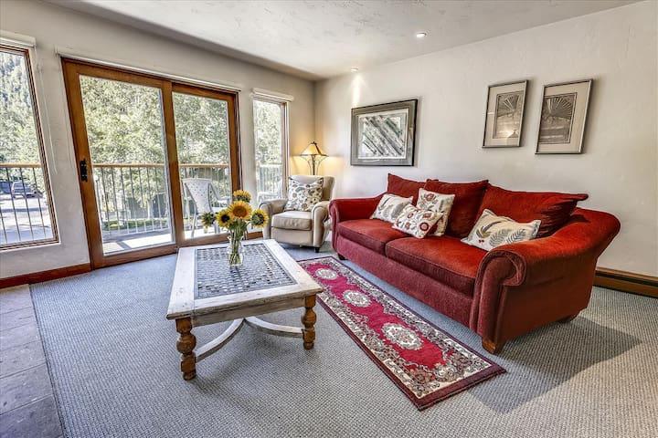 Charming, Aspen condo w/views and a balcony