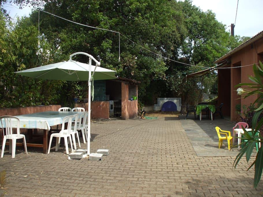 terrasse avant et cuisine extérieure possible