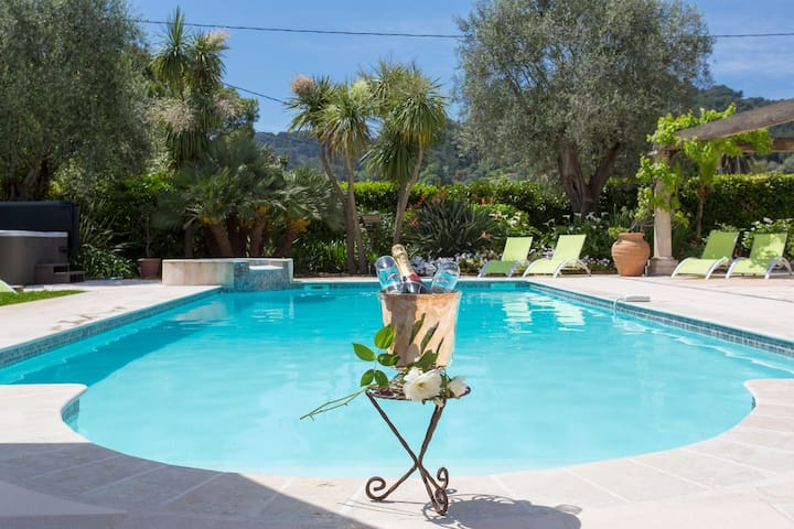 Chill your Provençal wine poolside...