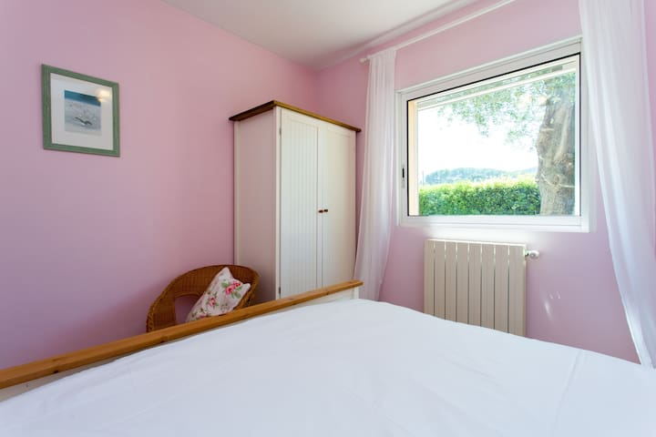 Air-conditioned Double Bedroom 5 with Kingsize bed