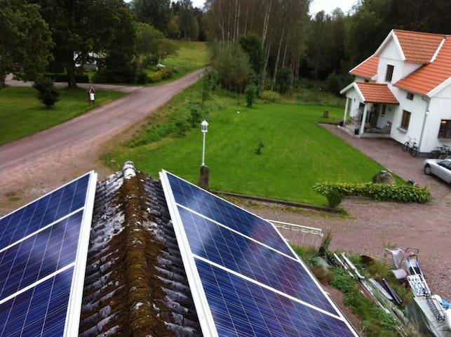 Gården är en del av ett eko-projekt och har som mål att bli självförsörjande både på elektricitet och mat. Under säsongen 2019 installerar vi ytterligare solceller samt planterar fler fruktträd.