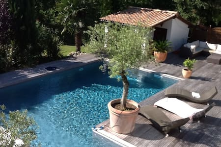 Jolie villa avec piscine chauffée. - Latresne - 別荘