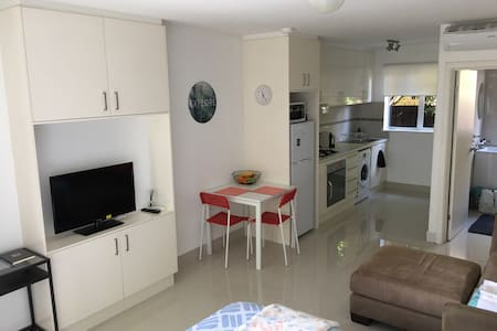 Sunny studio in Elwood with WIFI, Myki, bikes,wine - Apartmen