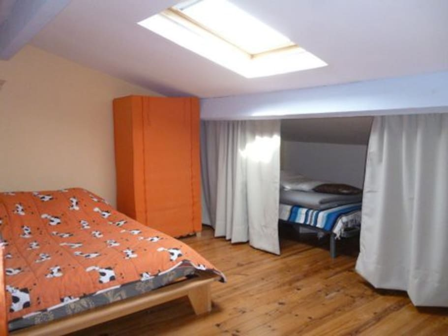 chambre en mezzanine, avec  1 lit double + 1 lit simple séparés