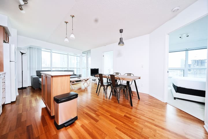 Trendy 2BR by Yonge, Union and Scotiabank Arena