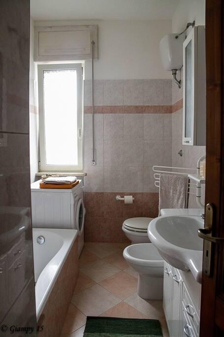 servizio igenico con vasca da bagno