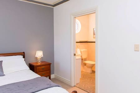 Large bedroom with private bathroom - Wohnung