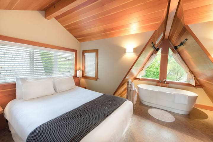 The Shoreline Tofino // Oceanfront Honeymoon Suite