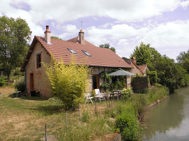 Beautiful cottage next to river. - la Chapelle aux Chasses - Rumah