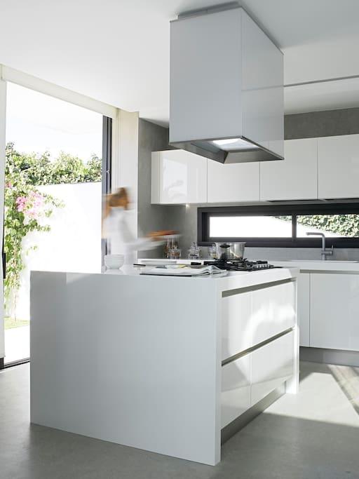 Cocina con vistas y acceso al exterior