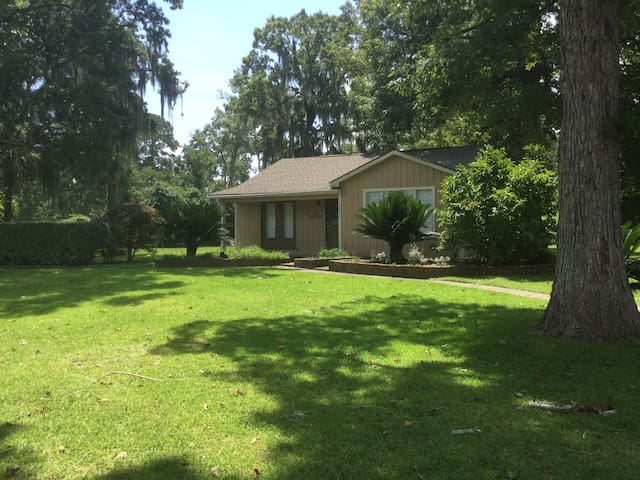 Cottage on 2 wooded acres near The Woodlands, TX