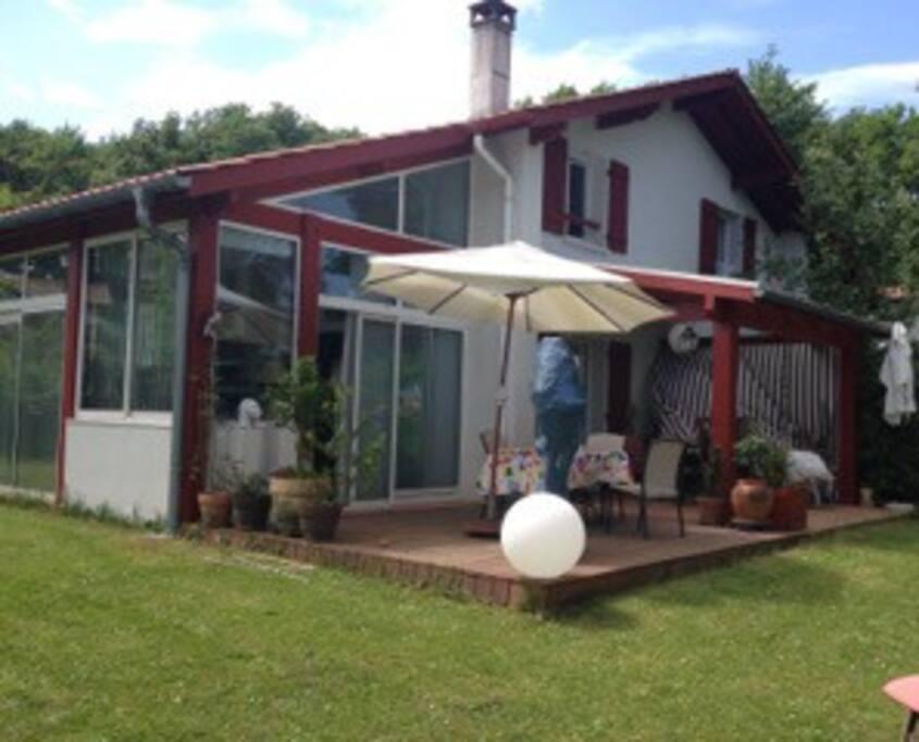 Maison, véranda ouverte sur le jardin