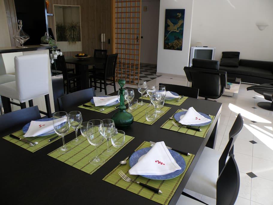 Autre vue du salon séjour, table 6 à 10 couverts
