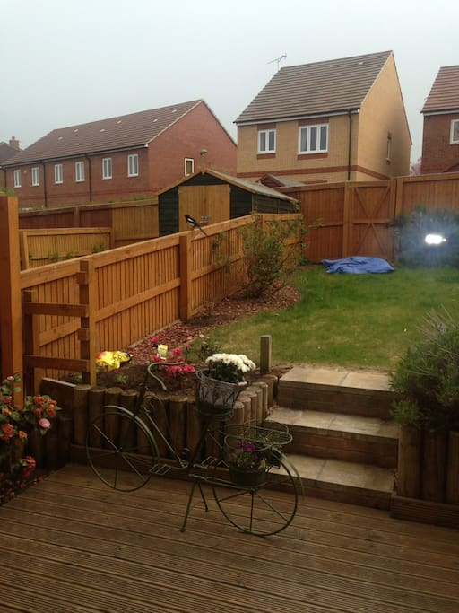 Garden with beautiful flowerbeds to enjoy and relax (BBQ provided)