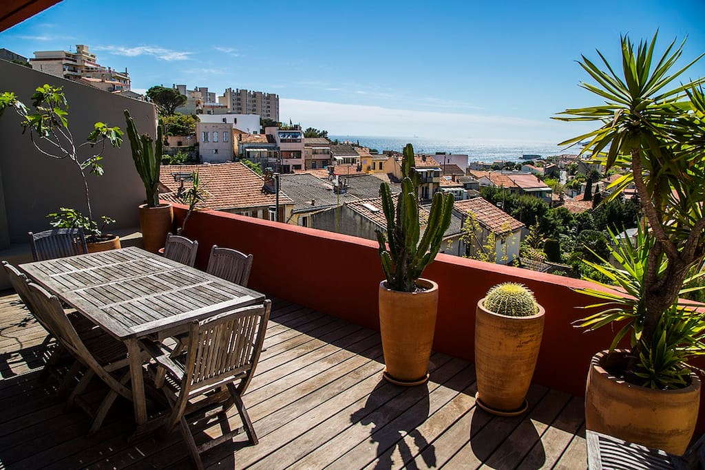 Niveau 2 : terrasse avec vue mer et îles du Frioul et Château d'If, phare de Planier, îlot Gaby, collines de l'Estaque,...
