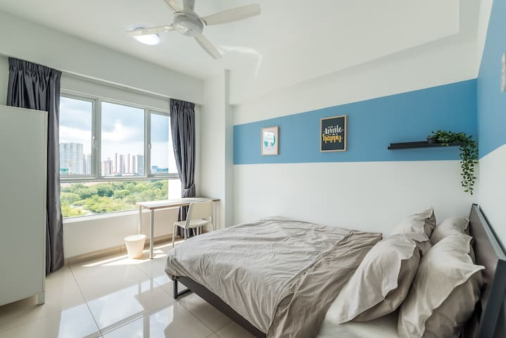 Comfy Deluxe Room near Queensbay Mall