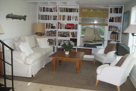 Charming 2BR Cottage, Walk to Town - Sag Harbor - House