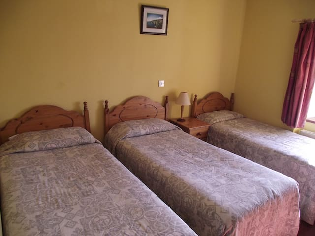 Áras GCC - Triple Room Ensuite - Glencolumbkille - Bed & Breakfast