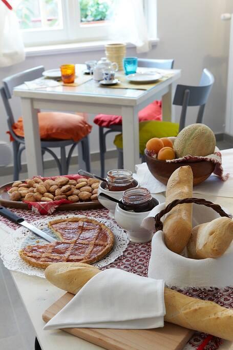 Colazione preparata con torte e biscotti fatti in casa ogni giorno. A richiesta possibilità di dolci vegani e per ciliaci