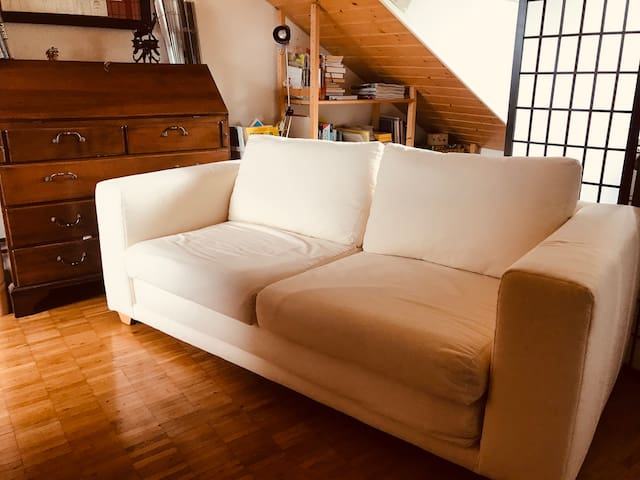 bequemes, ausziehbares Sofa als Leseecke und Schlafplatz *** comfortable, pull-out sofa as a reading corner and sleeping place