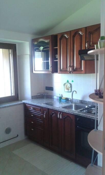 Cucina attrezzata, con frigo e forno.