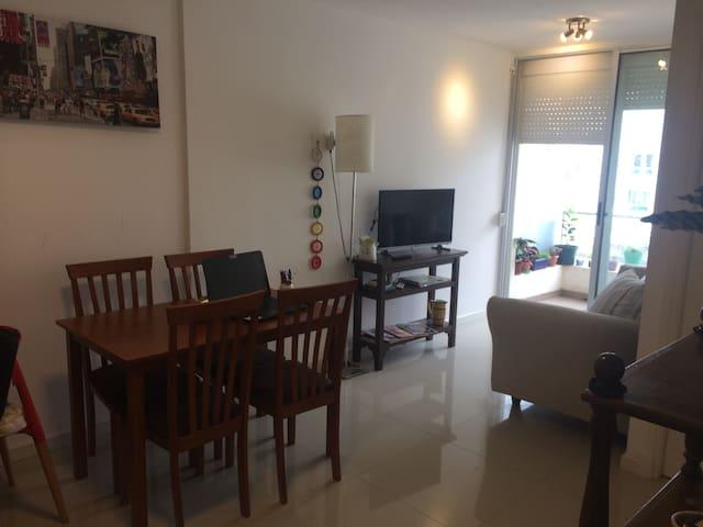 Apartamento ideal parejas con excelente ubicación