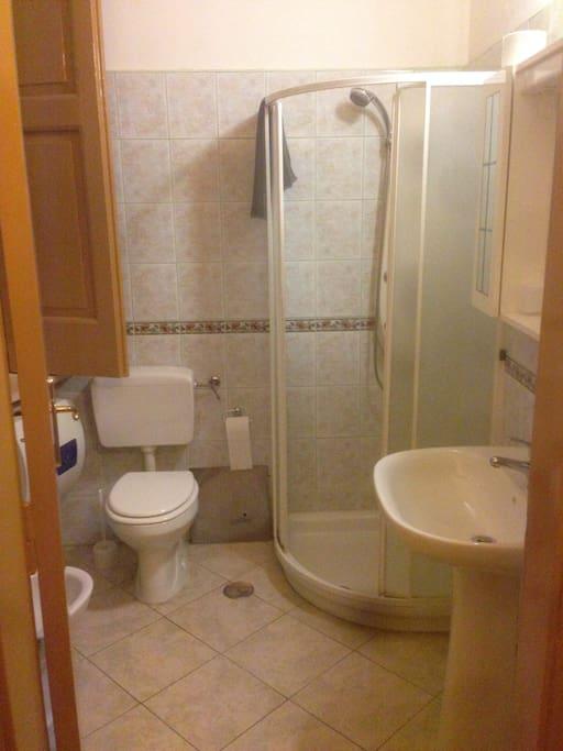 Camera 1 bagno con doccia e bidet
