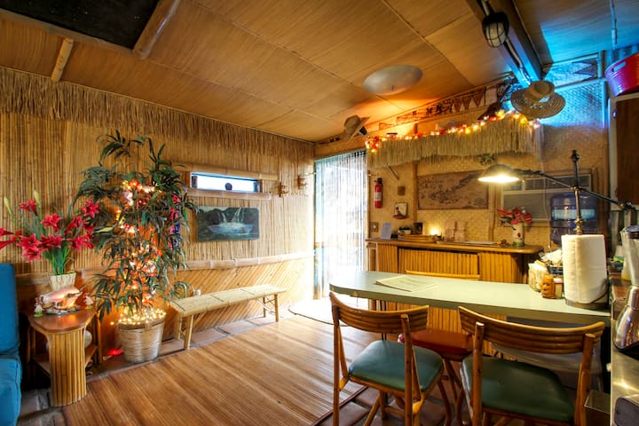 The Tiki Hut in Pioneertown, by Pappy & Harriet's - Pioneertown - Casa