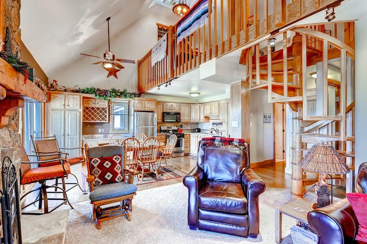 Mountain view condo w/free WiFi, gas grill, fireplace, shared hot tubs & gym