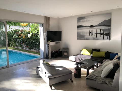 Villa moderne avec piscine, front de mer