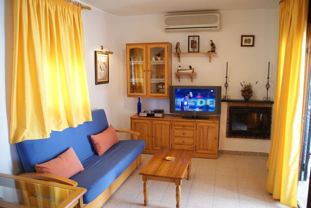 salon con tv y sofá cama