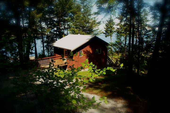 Bellhouse Seaside Cottage - Galiano Waterfront