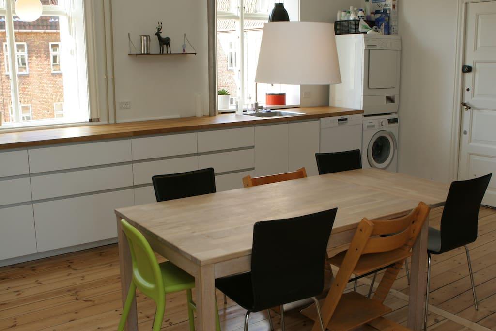 Kitchen with dishwasher, washing machine and thumbling machine